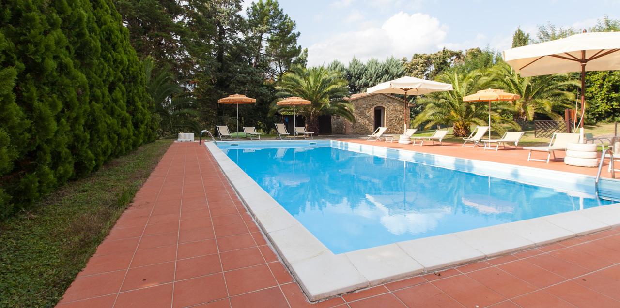 toskanisches landgut mit zwei ferienh usern und 7 ferienwohnungen tennisplatz garten und pool. Black Bedroom Furniture Sets. Home Design Ideas